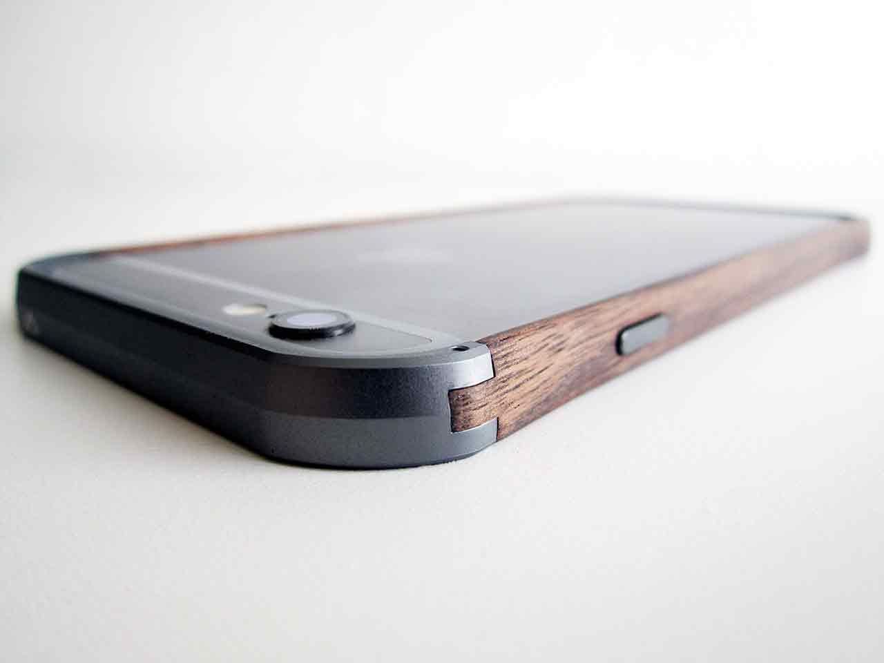 Minimalistisk bumper till iPhone 6 av trä och aluminium