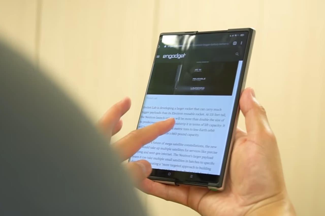 Engadget tar sig en närmare titt på Oppos telefon med rullbar skärm